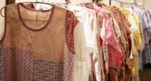 夏に涼しいリバティプリントの服